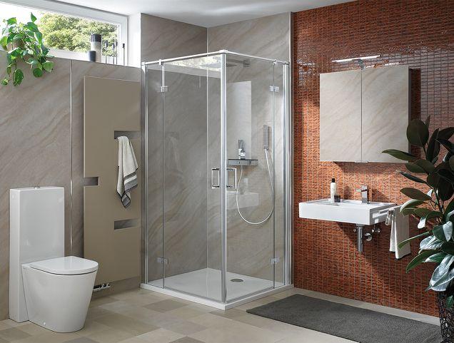 Modernes Duschbad mit Design Handtuchtrockner