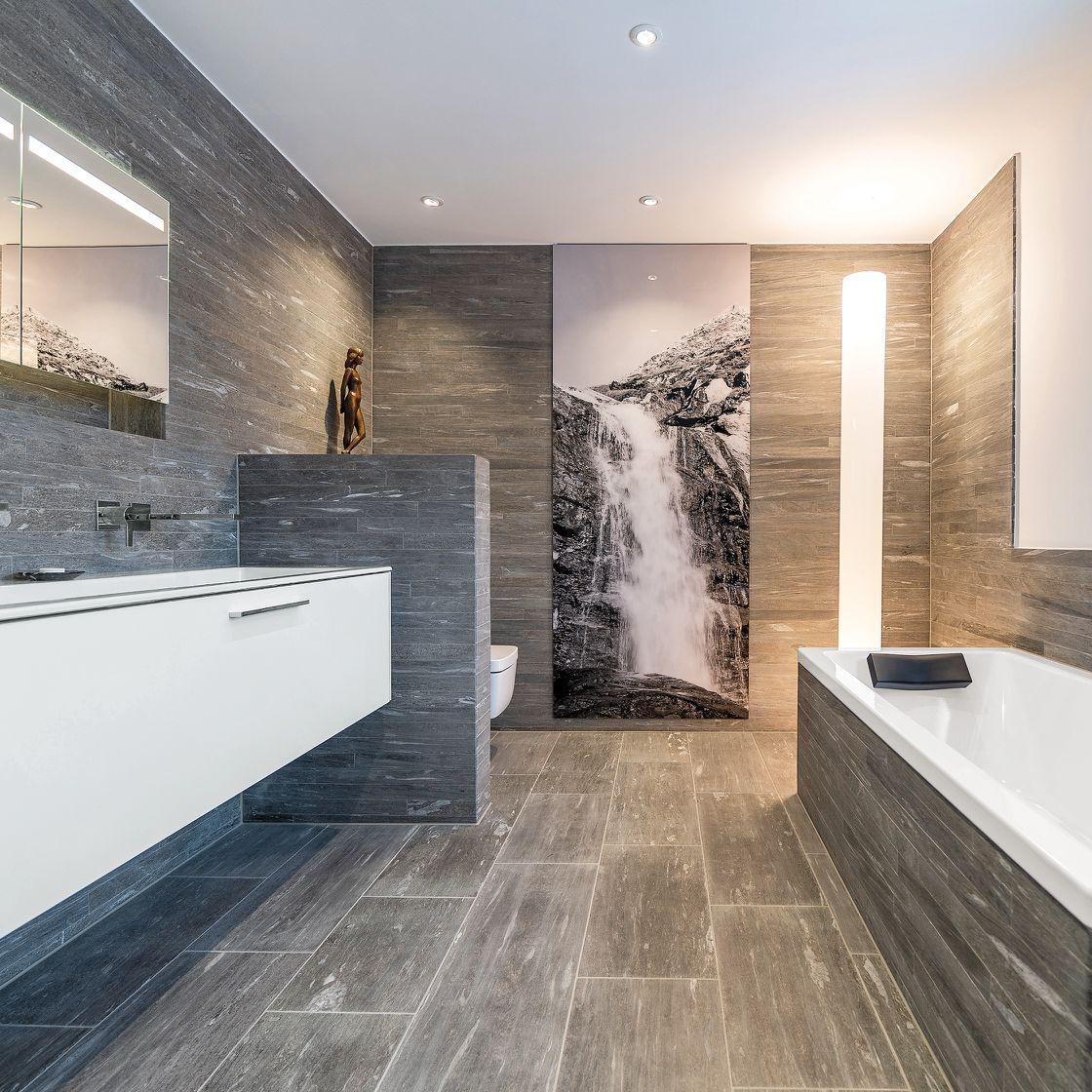 Großes Badezimmer in Schieferoptik bei Die Badgestalter