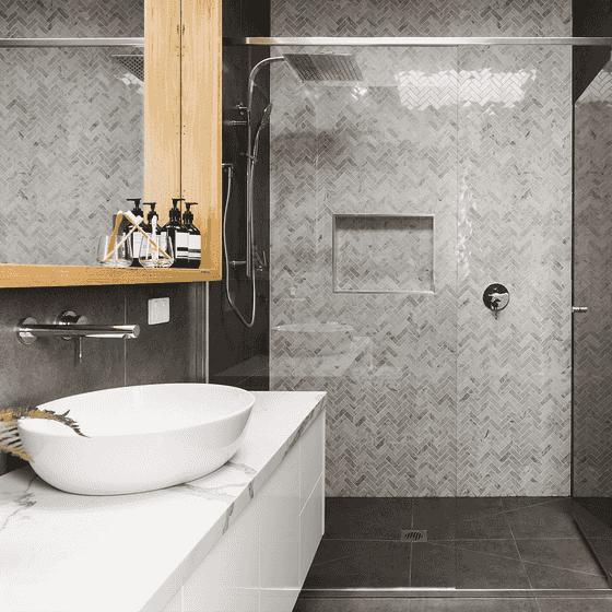 Duschbad Mosaikfliesen in unterschiedlichen Nuancen von Grau