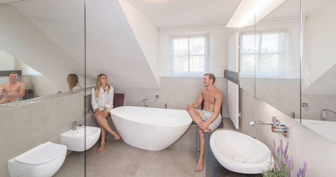 Modernes geräumiges Badezimmer mit ovalen Badelementen