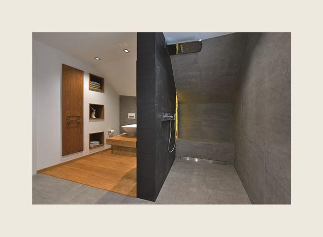Stilvolle Kombination von Holz und Steinfliesen im Badezimmer