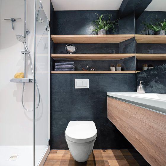 Duschbad dunkle Farbgebung der Wand mit Holzelementen