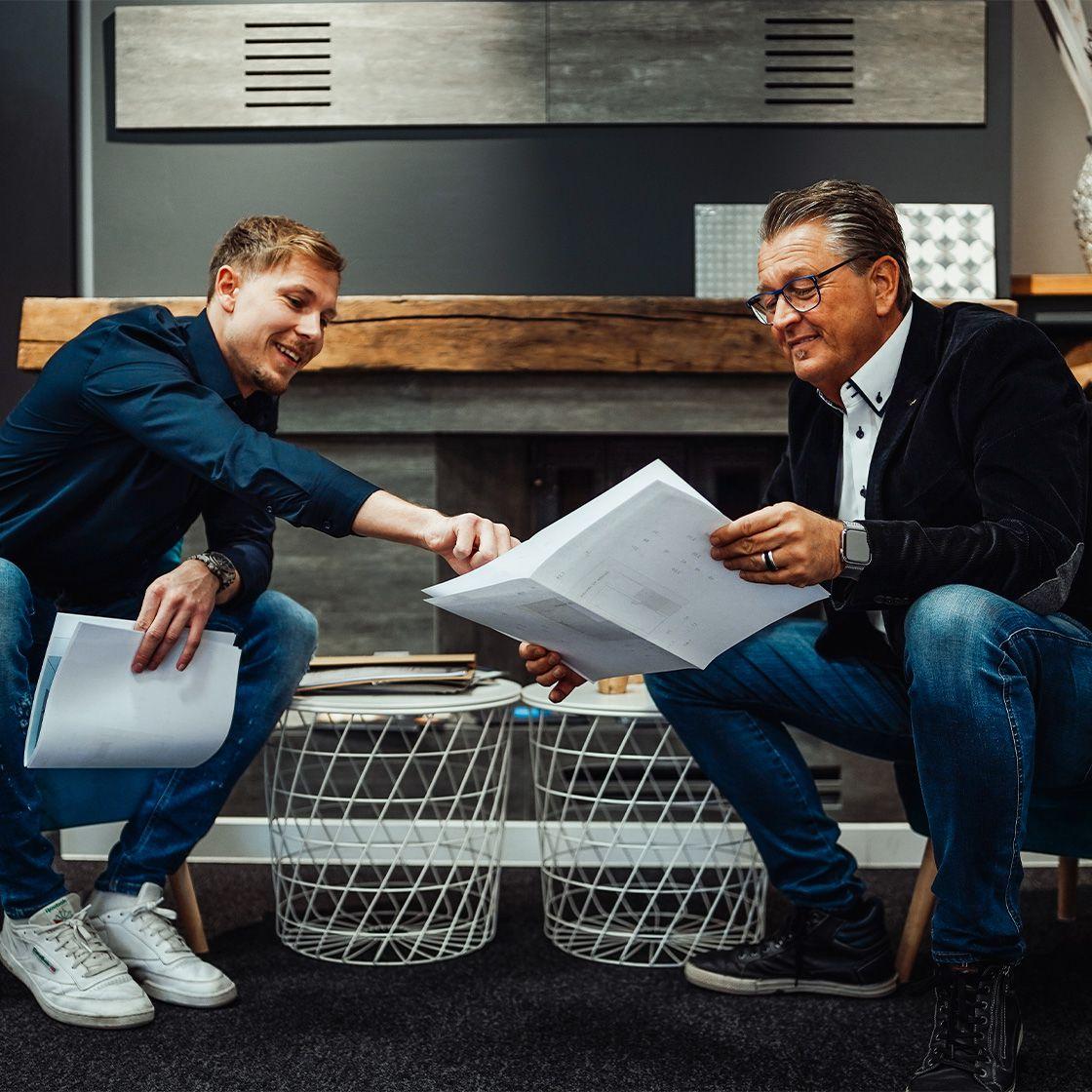 Hartmut Goedde mit Mitarbeiter bei der Planung des Badezimmers