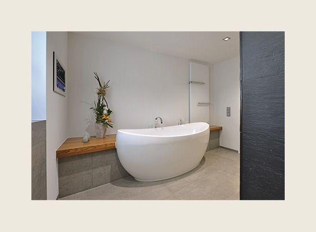 Freistehende ovale Badewanne mit Ruhezone