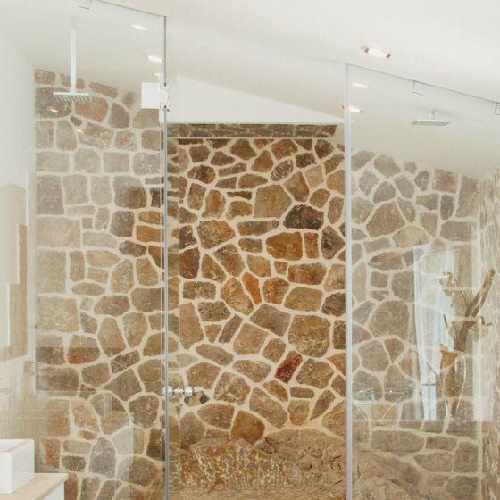 Mediterrane Natursteinwand im Bad