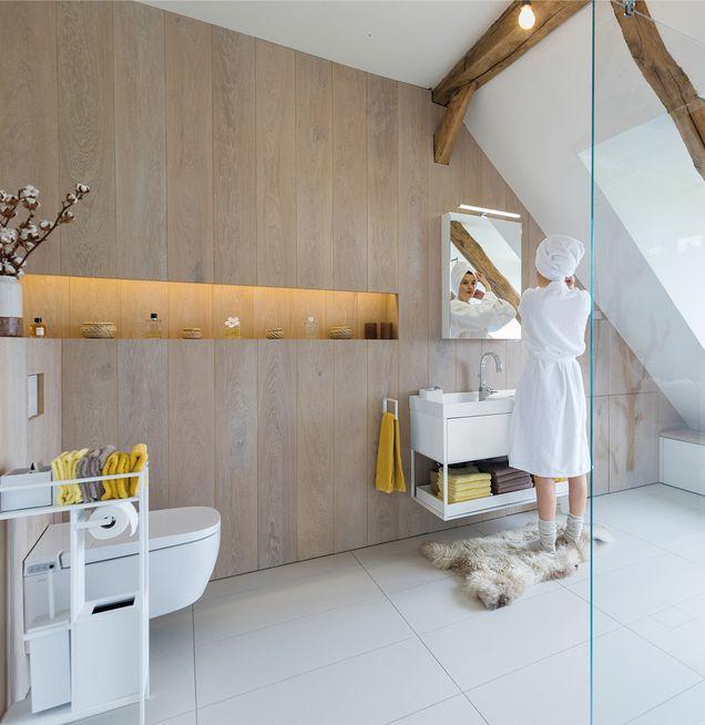 Badezimmer mit Wandverkleidung in Holz