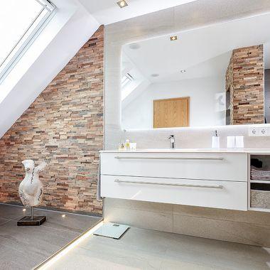 Kombination von unterschiedlichen Materialien und Stilelementen im Bad