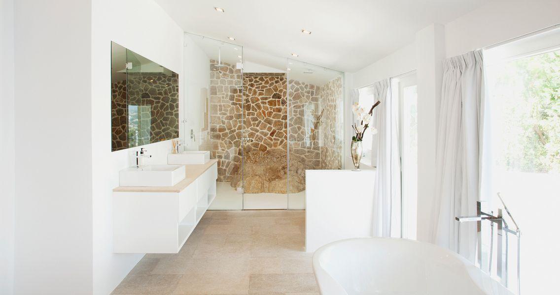 Badezimmer mit Natursteinwand im mediterranen Stil