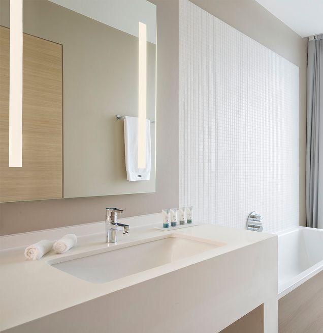 Beispiel Einbauwaschtisch und Badewanne bei Die Badgestalter