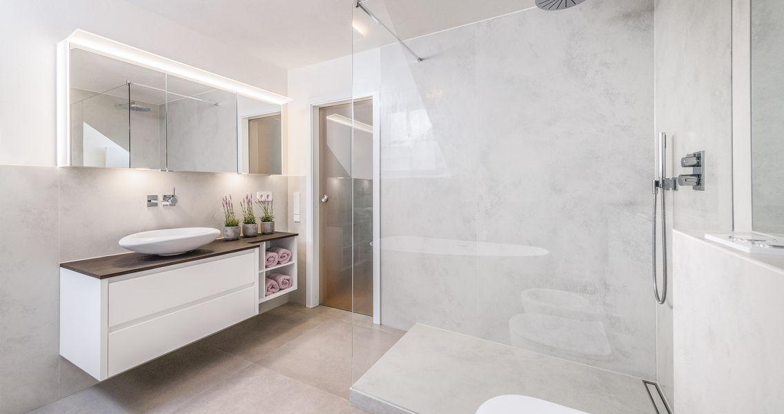 Großzügiges Badezimmer mit Dusche und in Marmor-Optik