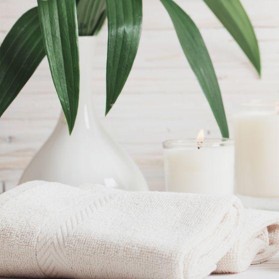 Accessoire Handtuch und Kerze im Badezimmer