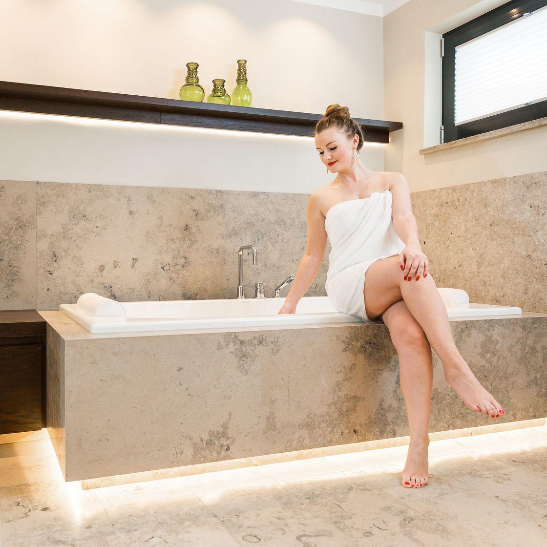Kombination von Marmor und Licht im Bad