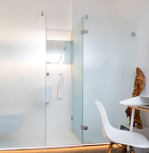 Integriertes beleuchtetes Duschbad mit satinierter Glas-Trennwand