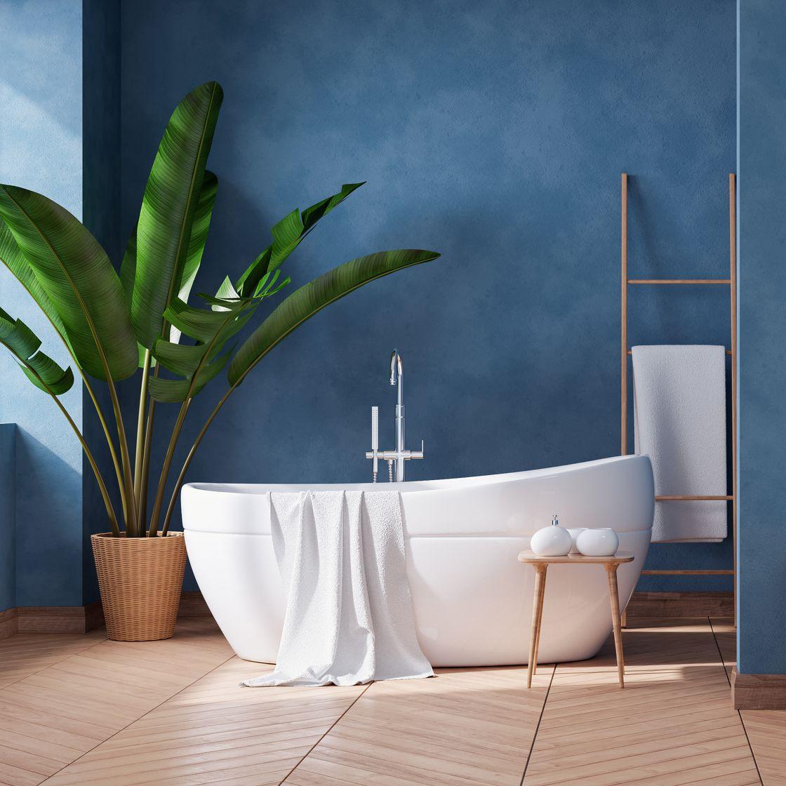 Dunkle Wandfarbe im Kontrast zur freistehenden Badewanne