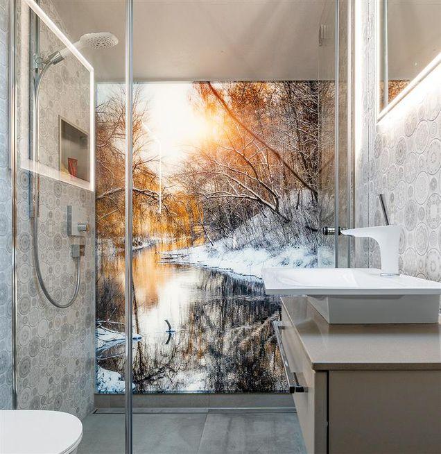 Badezimmerwand mit Dekoplatten wie Fototapete