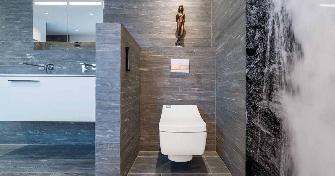 Wandabtrennung Waschtisch und WC in Schieferoptik