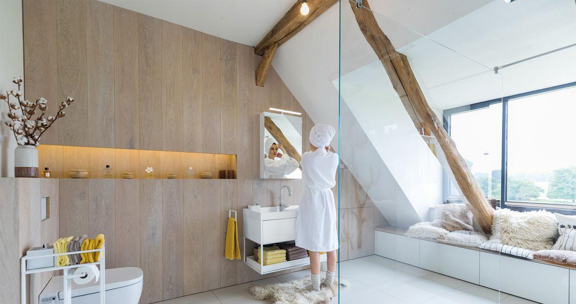 Holzvertäfeltes Badezimmer mit Wohlfühlzone