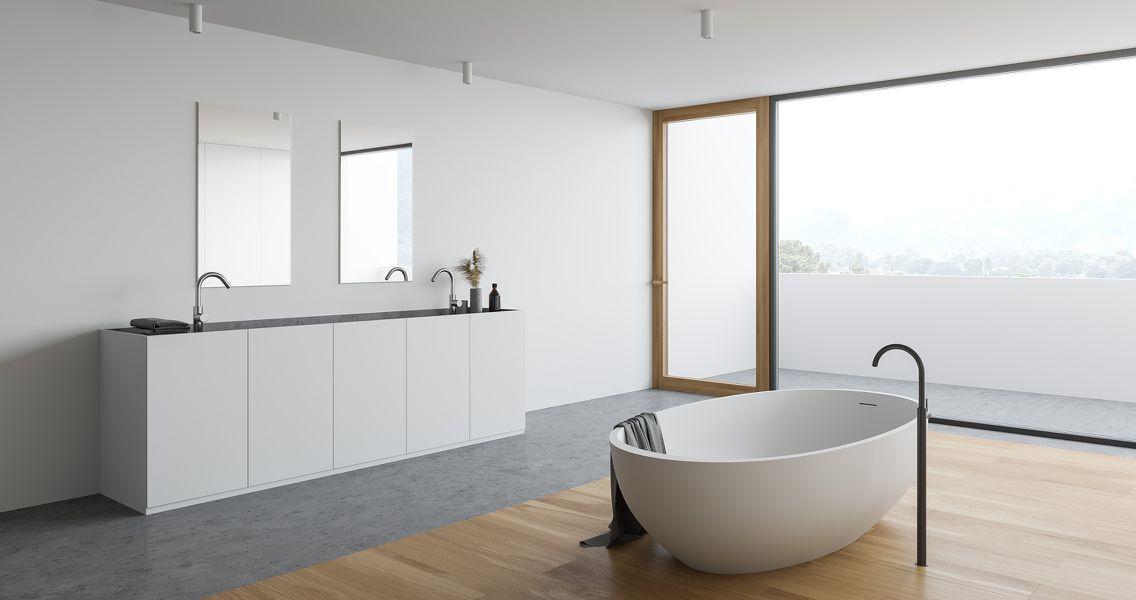 Geräumiges Badezimmer minimalistisch modern