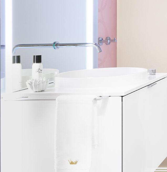 Waschtisch Spiegel mit integrierter Armatur