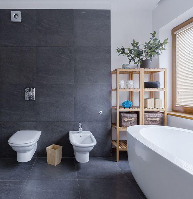 Ordnung im Bad mit offenen Regalmöbeln