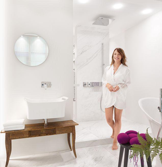 Waschbecken mit antikem Unterschrank und moderner Deckenbeleuchtung