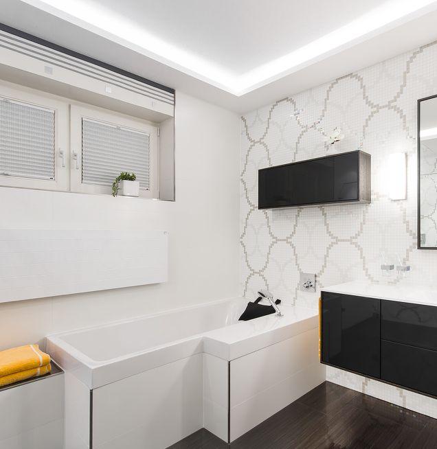 Raumsparende Badewanne mit Wandfliesen Mosaik in schwarz-weiß Design
