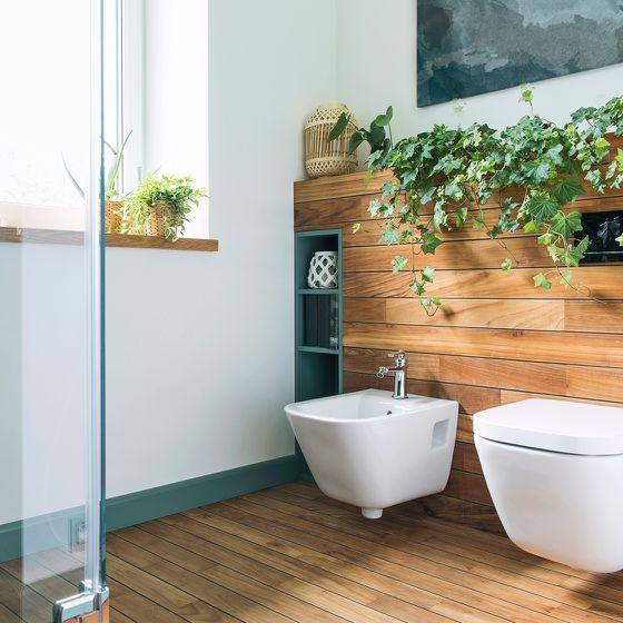 Bidet und Toilette mit Holzvertäfelung Spülkasten