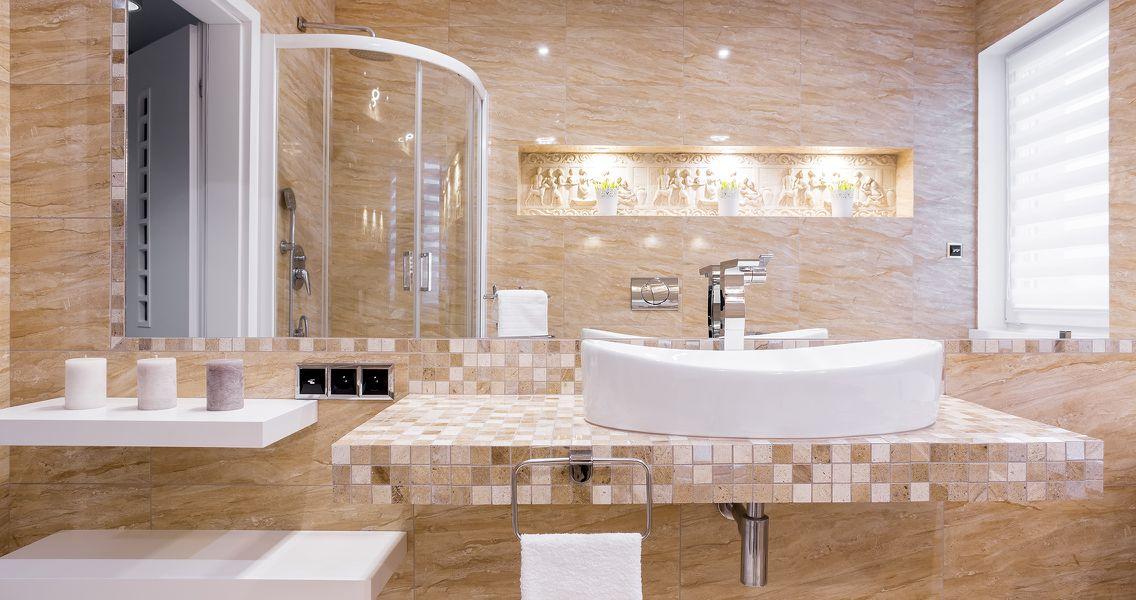 Badezimmer mit Wandrelief im orientalischen Stil