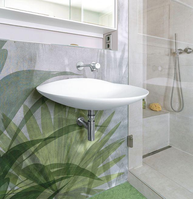 Waschplatz mit effektvoller dekorativen Wandverkleidung im Dschungel-Stil