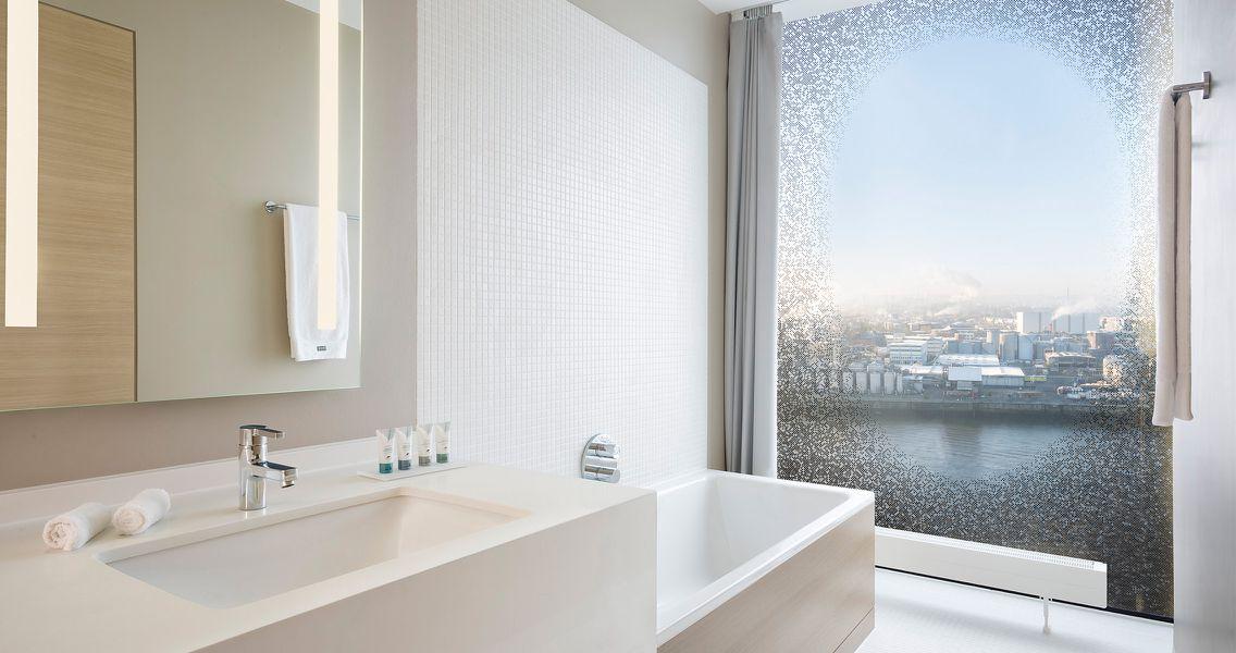 Waschtisch und Badewanne in Creme