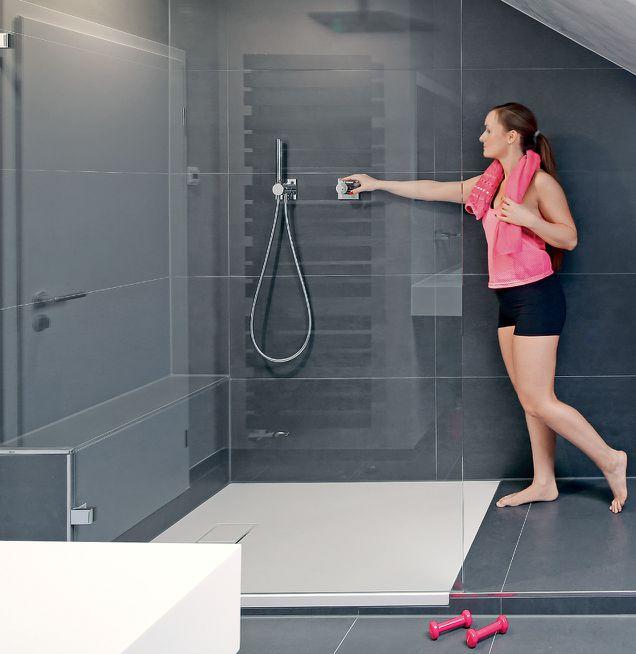 Badezimmer mit Dachschräge Dusche graue Wand- und Bodenfliesen