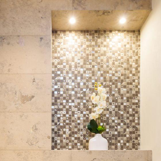 Wandbeleuchtung Beispiel Nische mit Marmor und Mosaik