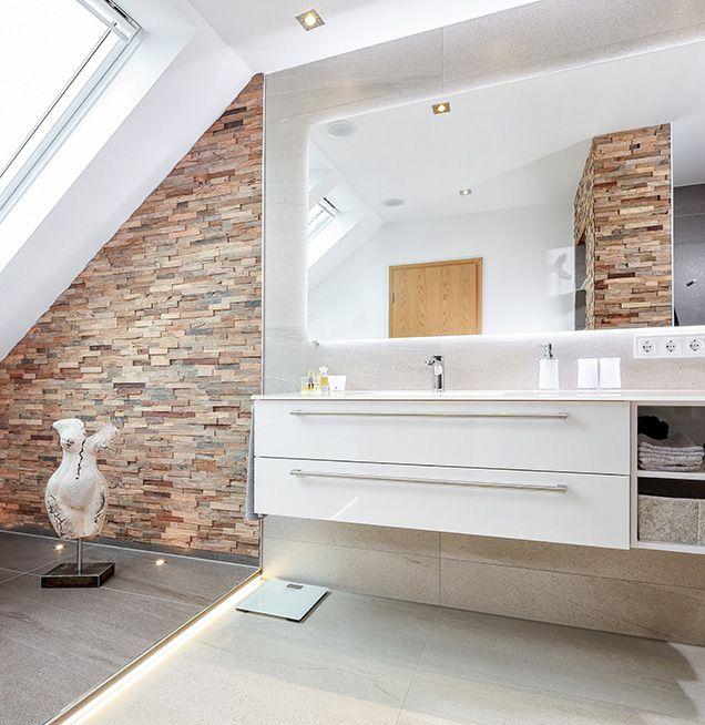 Badezimmer in Dachgeschoss mit unterschiedlichen Materialien und Oberflächen