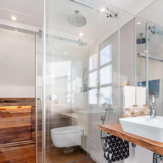 Glas-Schiebetür im Badezimmer