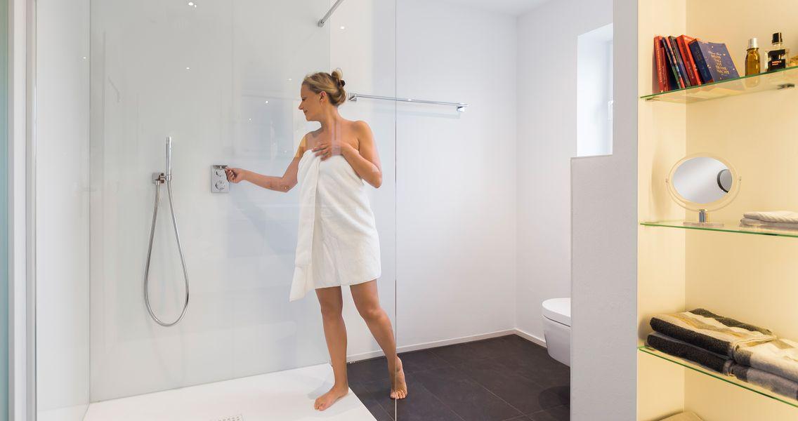 Ebenerdige randlose Dusche und individueller Ablagefläche
