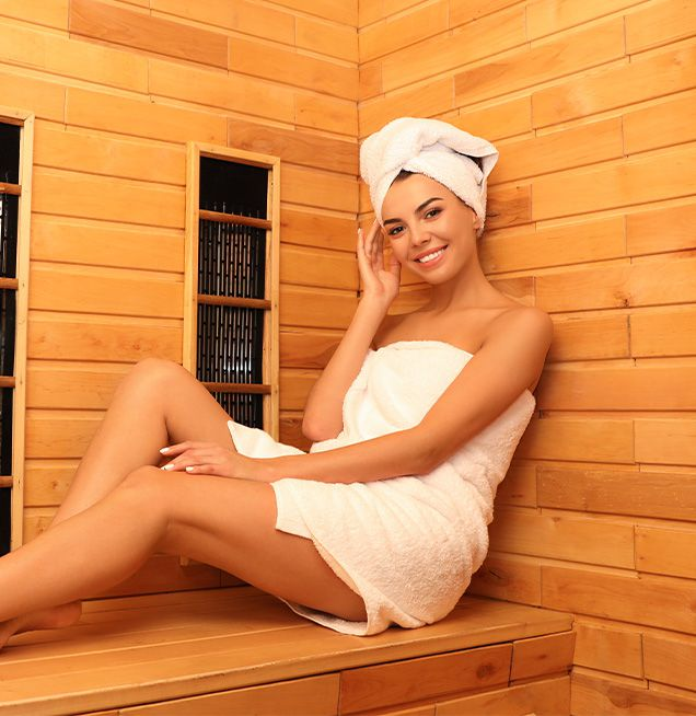 Junge Frau entspannt in der Infrarotkabine