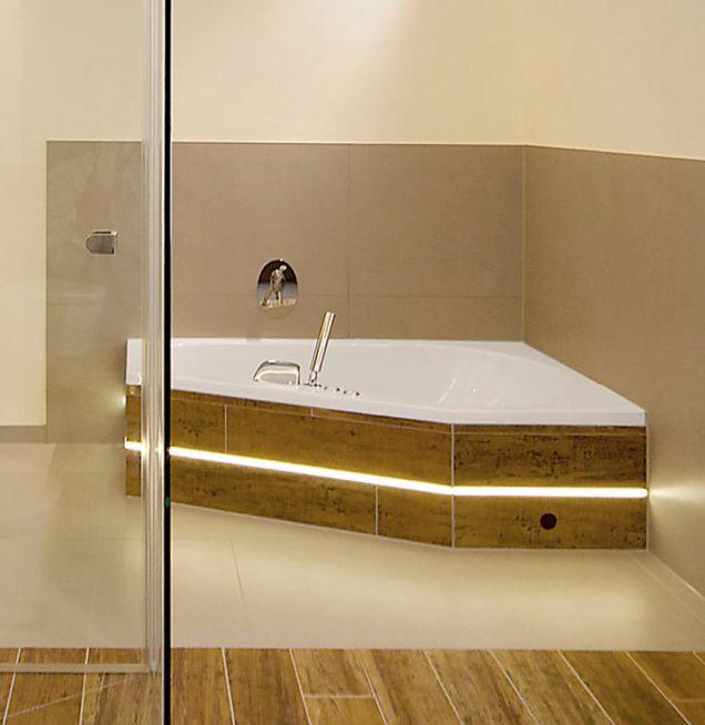 Eckbadewanne mit Holzelementen bei Die Badgestalter