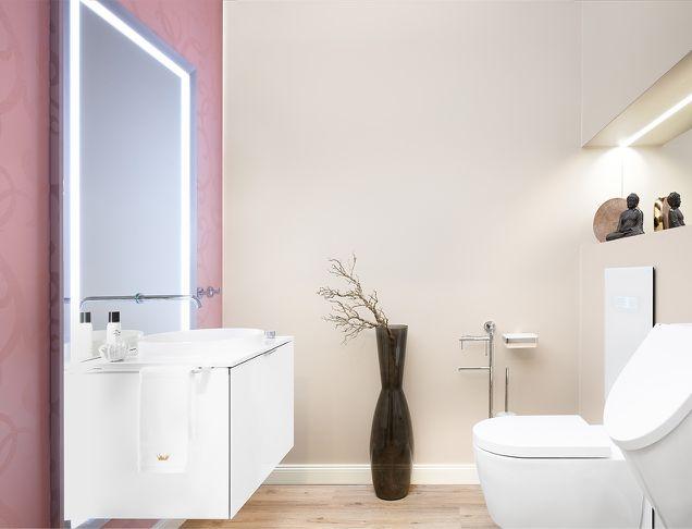 Waschtisch und WC in ansprechender Beleuchtung