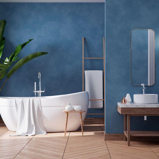 Freistehende Badewanne mit Holzelementen und farbigem Wanddesign
