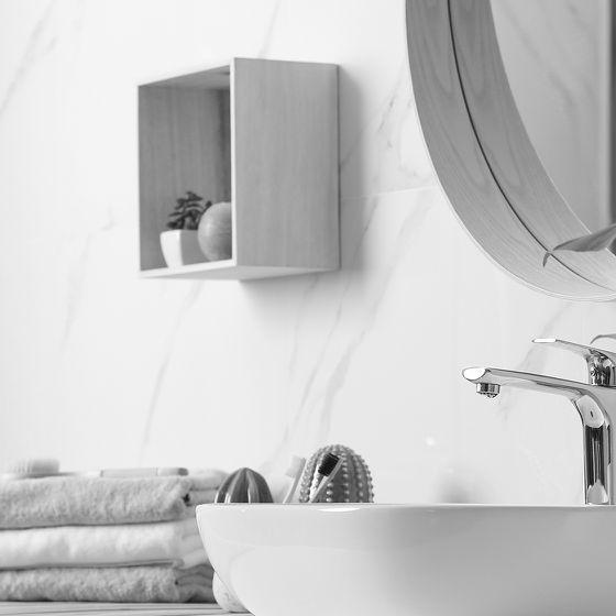 Waschtisch mit rundem Wandspiegel