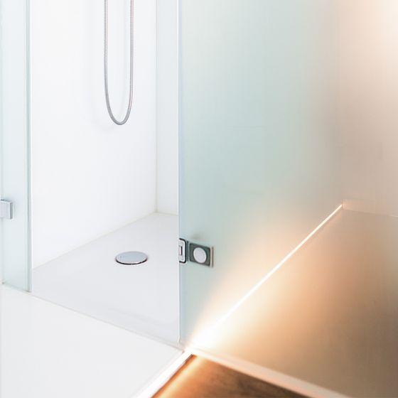 Dusche mit Lichtleiste im Boden
