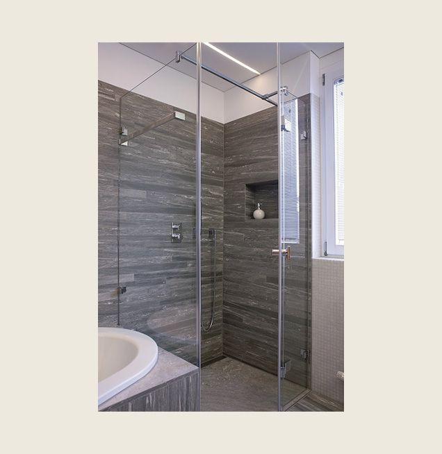 Duschbereich mit Wandfliesen in Steinoptik