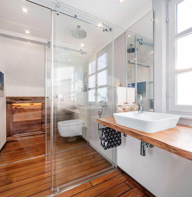 Badezimmer mit Holz und Glas
