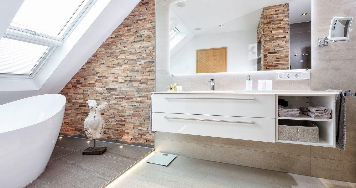 Badezimmer mit unterschiedlichen Materialien und Oberflächen