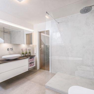 Moderne Badausstattung in hellen Farben und Materialien