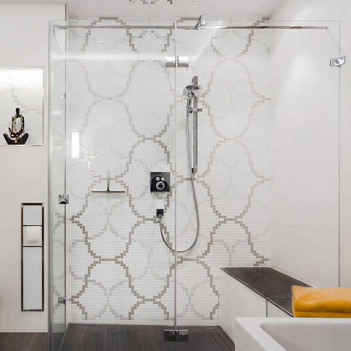 Ornamentik durch Mosaikfliesen im Duschbad